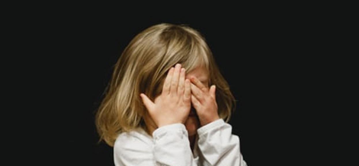 Nauczyciele odkryli dlaczego mała dziewczynka ogląda filmy dla dorosłych i zamarli z przerażenia