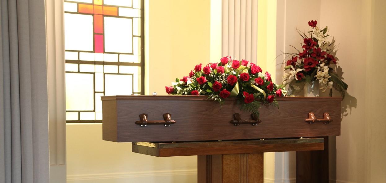 Żałobnicy spojrzeli na nieboszczyka i pobledli. Pilnie wezwali ratowników