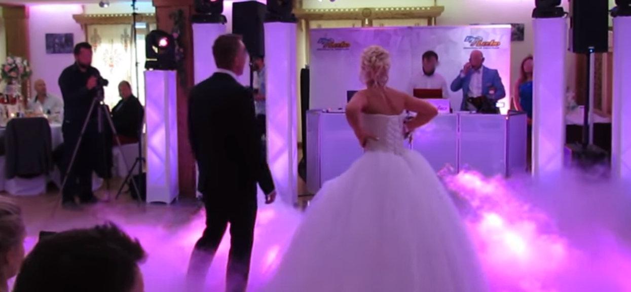 Fatalna kompromitacja panny młodej podczas pierwszego tańca. Każdy mógł obejrzeć co miała pod suknią, reakcje gości mówią wszystko [WIDEO]