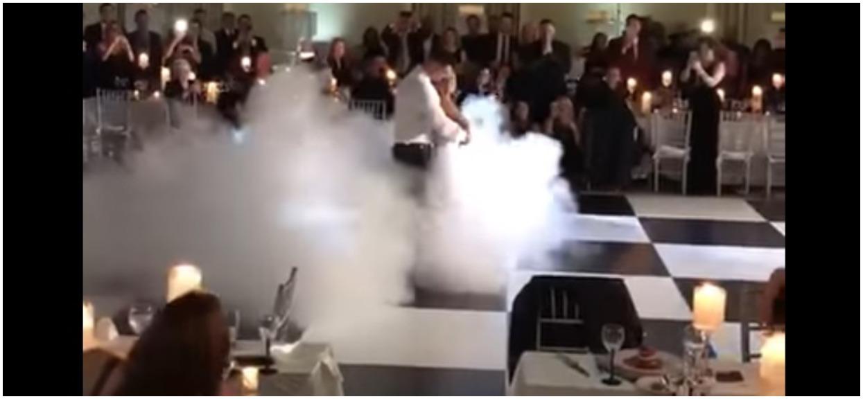 Para młoda utonęła nagle w gęstej mgle. Gościom opadły żuchwy, kiedy rozpoczęli swoje show (WIDEO)
