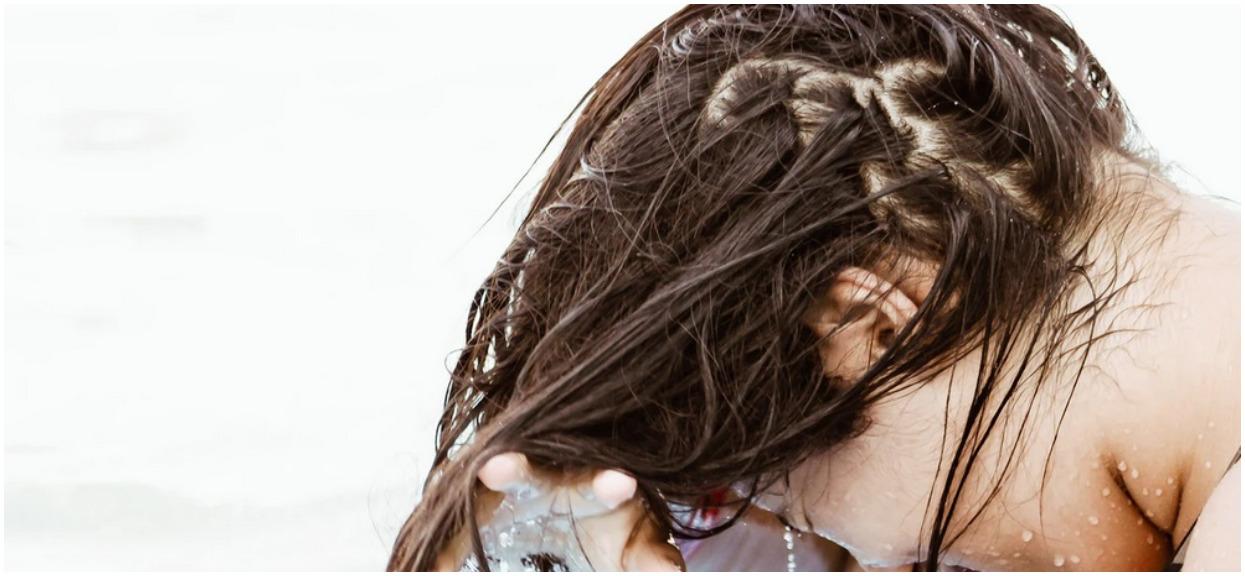 Masz suche i zniszczone włosy? Popełniasz jeden podstawowy błąd podczas mycia głowy, niemal każda kobieta to robi