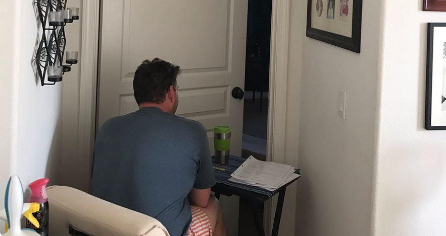 Jej ojciec godzinami siedzi przed lekko uchylonymi drzwiami. Serce córki pęka za każdym razem, kiedy go zobaczy