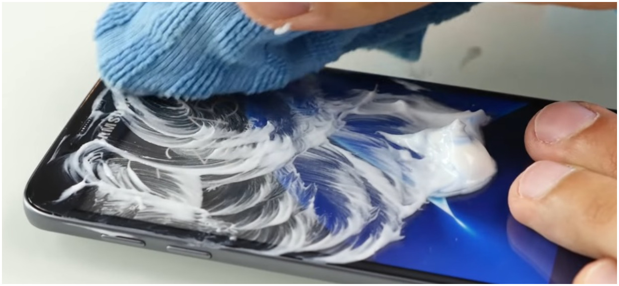 Posmarował ekran smartfona pastą do zębów. Efekt przeszedł jego najśmielsze oczekiwania, teraz robi to codziennie