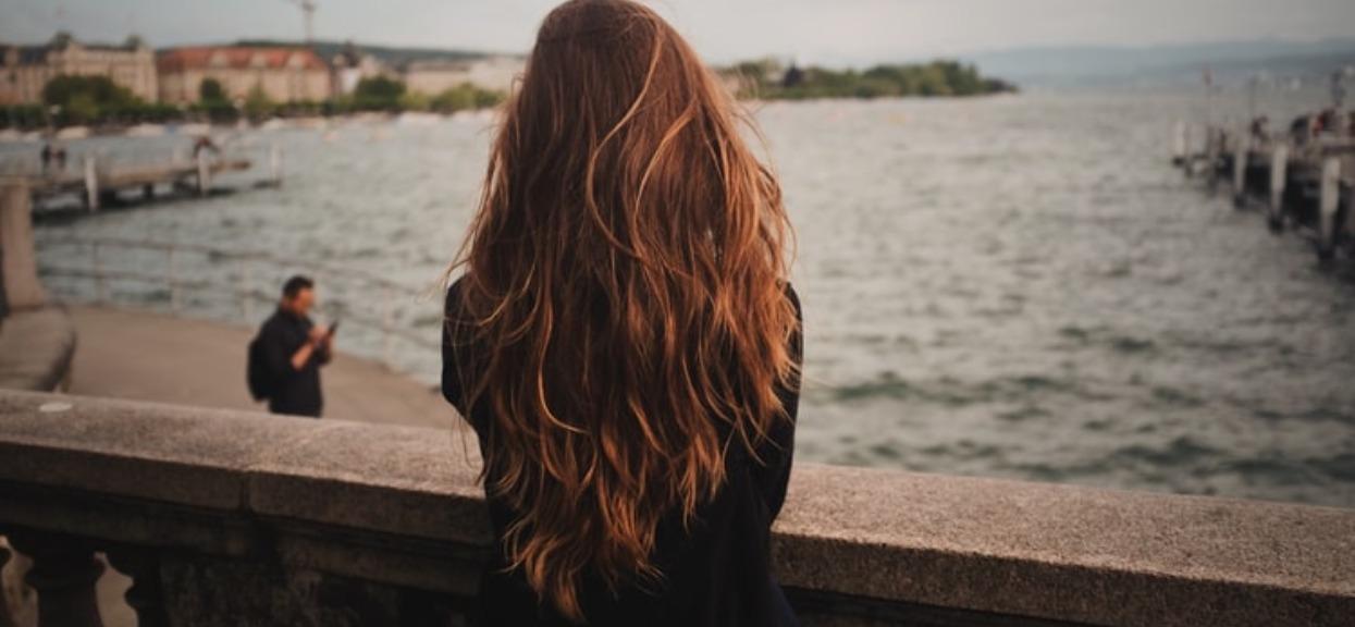 Nałożyła na włosy maseczkę wg receptury babci. Po tygodniu z jej włosami stała się niebywała rzecz, szczęka jej opadła