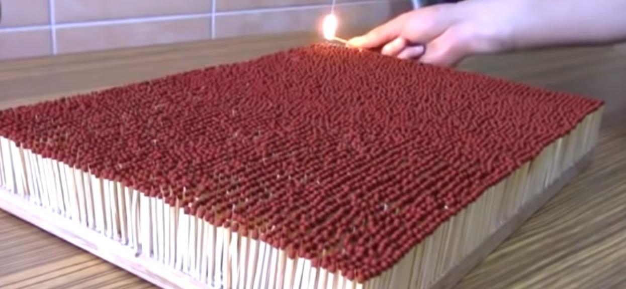 Mężczyzna podpalił 6000 zapałek na raz, widok poraża. Czegoś takiego jeszcze nie widzieliście