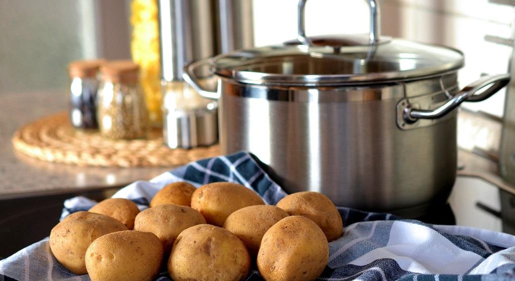 Klasyka w nowoczesnym wydaniu czyli ziemniaki zapiekane z kefirem. Wrócą wspomnienia z dzieciństwa, niebo w gębie