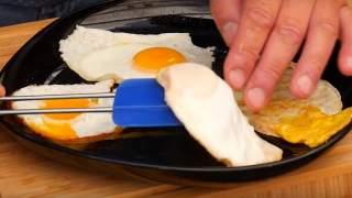 Jeszcze nigdy nie jadłeś tak delikatnego jajka sadzonego. Wystarczy, że zamiast oleju użyjesz popularny produkt