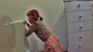 Dziewczynka odkryła w swoim domu sekretny pokój. Po wejściu do środka oniemiała