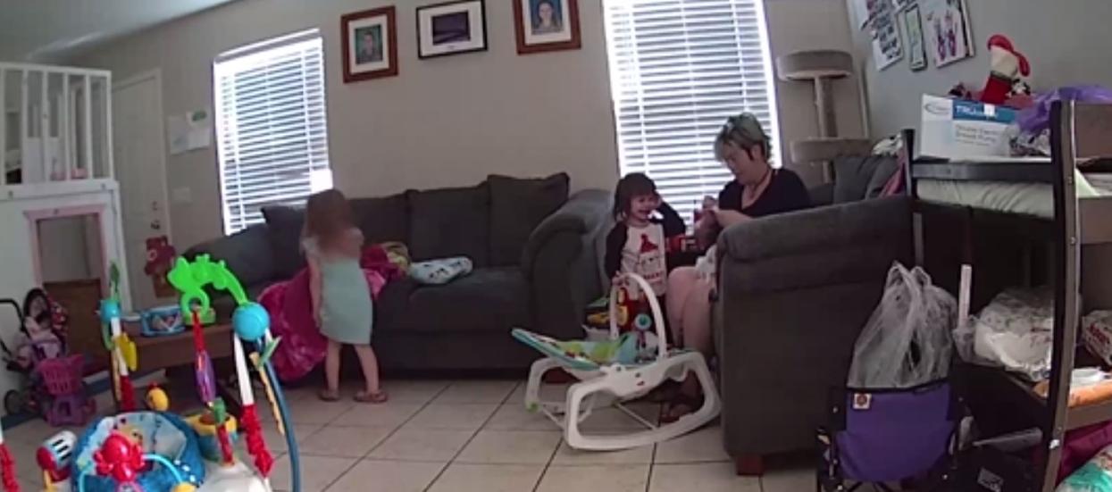 2-latka ma śmiertelnie niebezpieczną przypadłość. Jej serce staje w określonych sytuacjach, nagranie jest porażające
