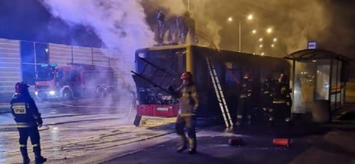 Autobus palił się w trakcie jazdy, kierowca niczego nie zauważył. Dym i płomienie dostrzegli przechodzący obok strażacy, rzucili się na ratunek