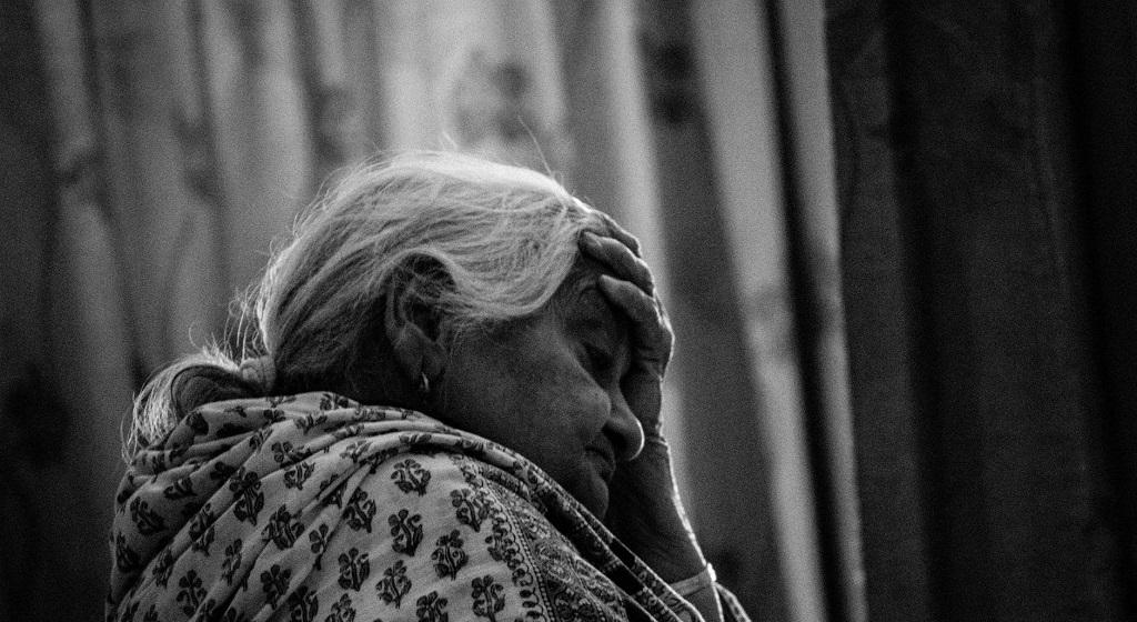 92-letnia babcia miała dostać od wnuczka upragnioną przesyłkę. Gdy przyjechał kurier, zamarła, nie miał dla niej litości