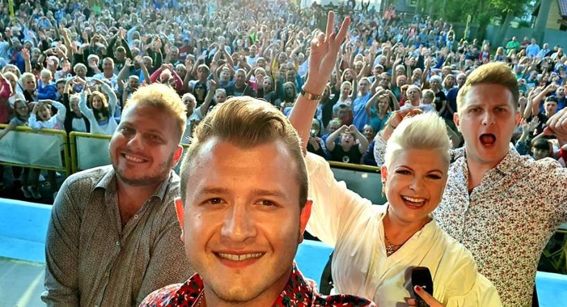Gwiazda Polsatu zabrała głos w sprawie bójki Pięknych i Młodych. Zespół disco polo zrównany z ziemią
