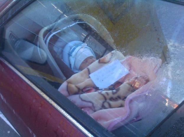 Mama zostawiła bezbronne dziecko w samochodzie. Na kocyku zostawiła liścik, który woła o pomstę do nieba