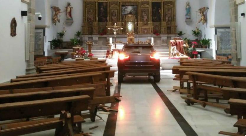 Mężczyzna z impetem wjechał do kościoła, staranował wszystko na swojej drodze. Podał powalający powód