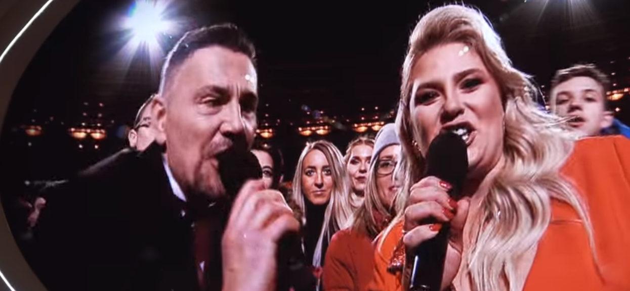 Ibisz podetknął mikrofon do stojących za nim ludzi. Za chwilę nie mógł ukryć zdumienia