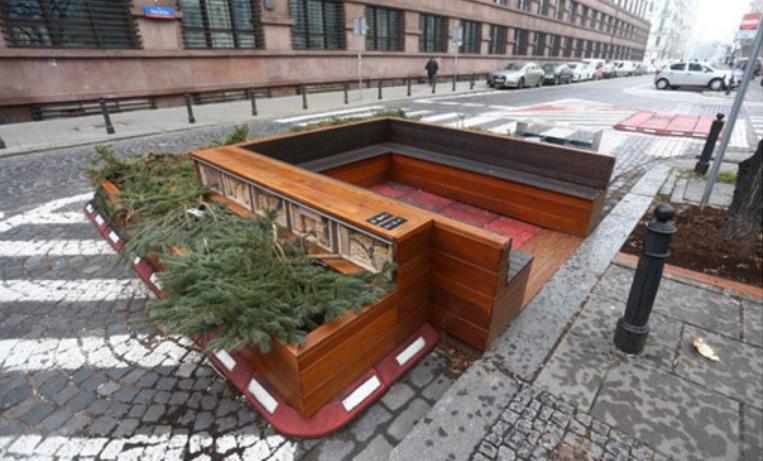 W centrum Warszawy stanęła ławka. Koszt? 33 tysiące złotych