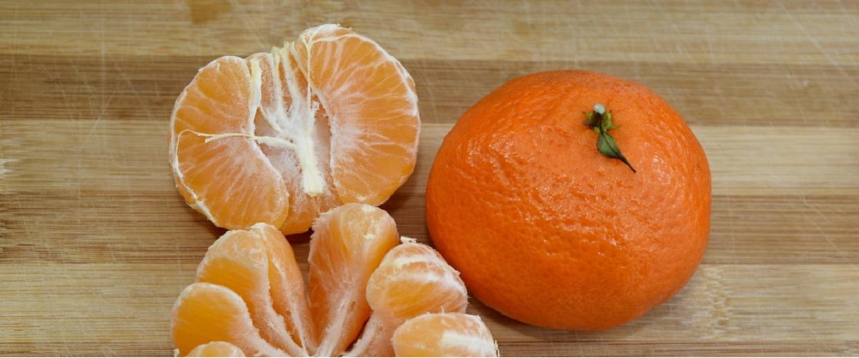Całe życie źle obierasz mandarynki i nawet o tym nie wiesz. Popularna metoda sprawia, że stają się groźne dla zdrowia