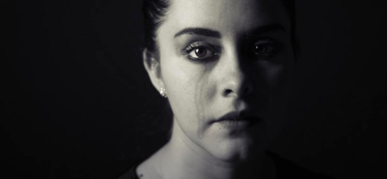 Nastolatka poszła na swoją studniówkę. Wróciła zalana łzami i nie tylko, została potwornie upokorzona przez koleżankę