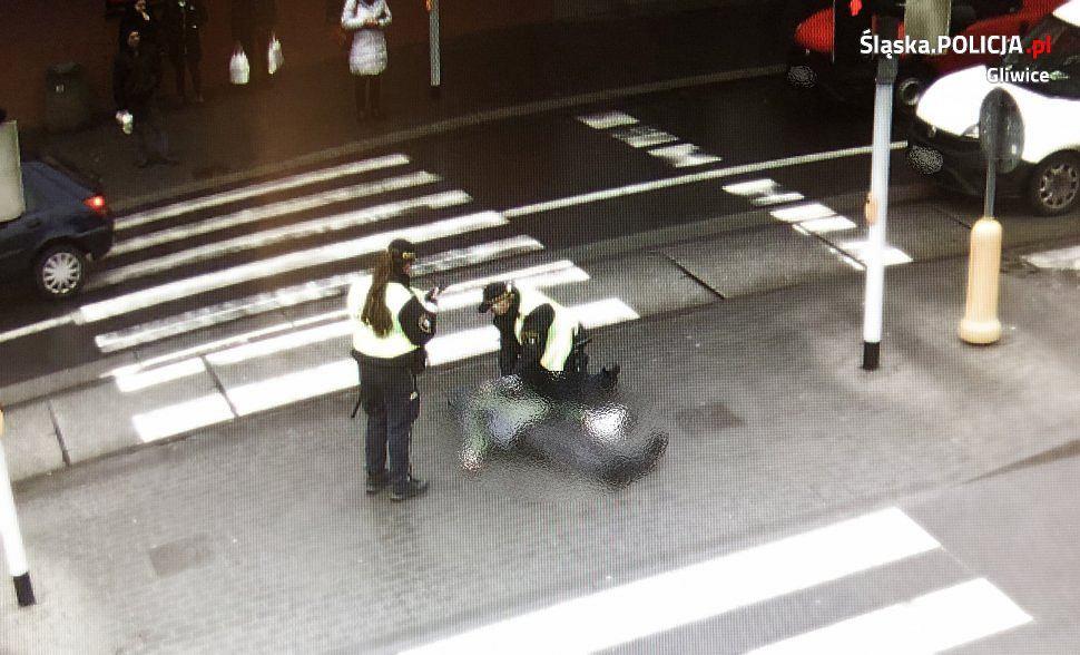 Mężczyzna wrzucił paczkę do kosza na śmieci. Obserwowała go kobieta, wyciągnęła pakunek i zaniemówiła