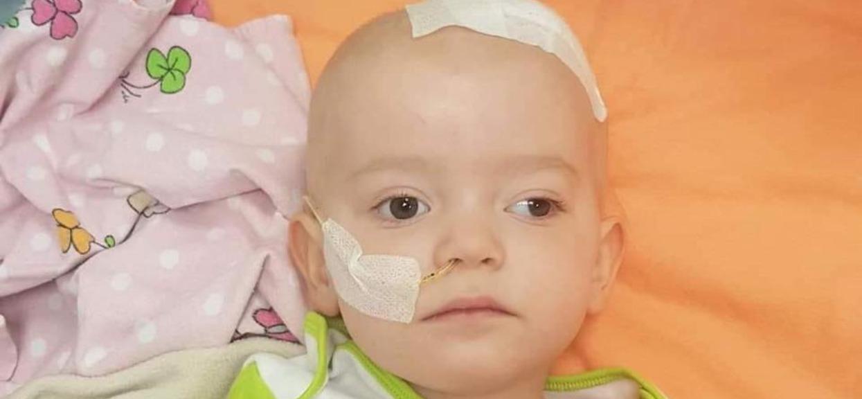 Ogromny nowotwór w malutkiej główce. 18-miesięczna Hania walczy dzielnie, jest tylko jeden ratunek