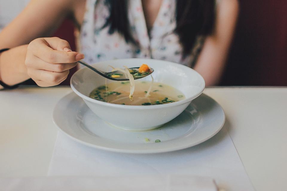 Mięso na rosół wrzuca się do zimnej czy gorącej wody? Błąd może zniszczyć smak zupy, nie można go popełniać
