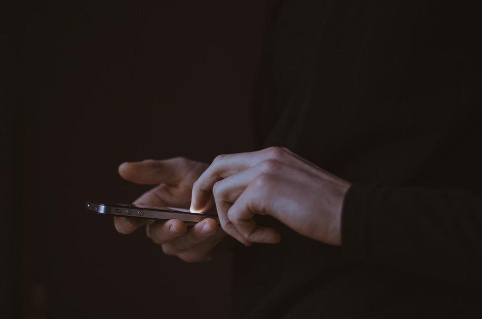 Kupił używany telefon, później przejrzał jego zawartość. Obejrzał zapisany filmik i zamarł z przerażenia