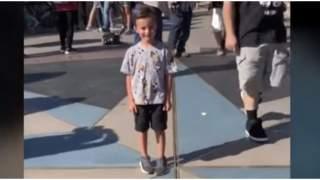 Chłopiec stał w tłumie, od tyłu zaszedł go mężczyzna. Chwilę później słychać było tylko krzyki, wszystko się nagrało
