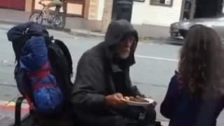Dziewczynka przez okno restauracji zobaczyła bezdomnego. Od razu wybiegła i oddała mu swoje jedzenie