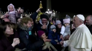 Papież Franciszek uderzył kobietę. Po wszystkim odszedł oburzony, porażający moment nagrały kamery