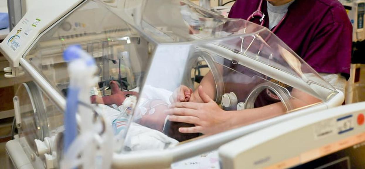 Bliźniaki urodziły się w ciężkim stanie. Pielęgniarka zrobiła dla nich zakazaną rzecz, niedługo potem stało się niesamowite