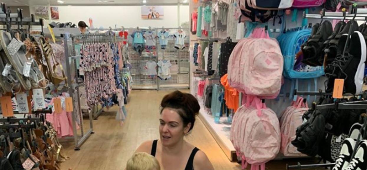 Samotna matka nagle usiadła na środku sklepu i zaczęła karmić dziecko piersią. Podała powód, przez który oniemieliśmy