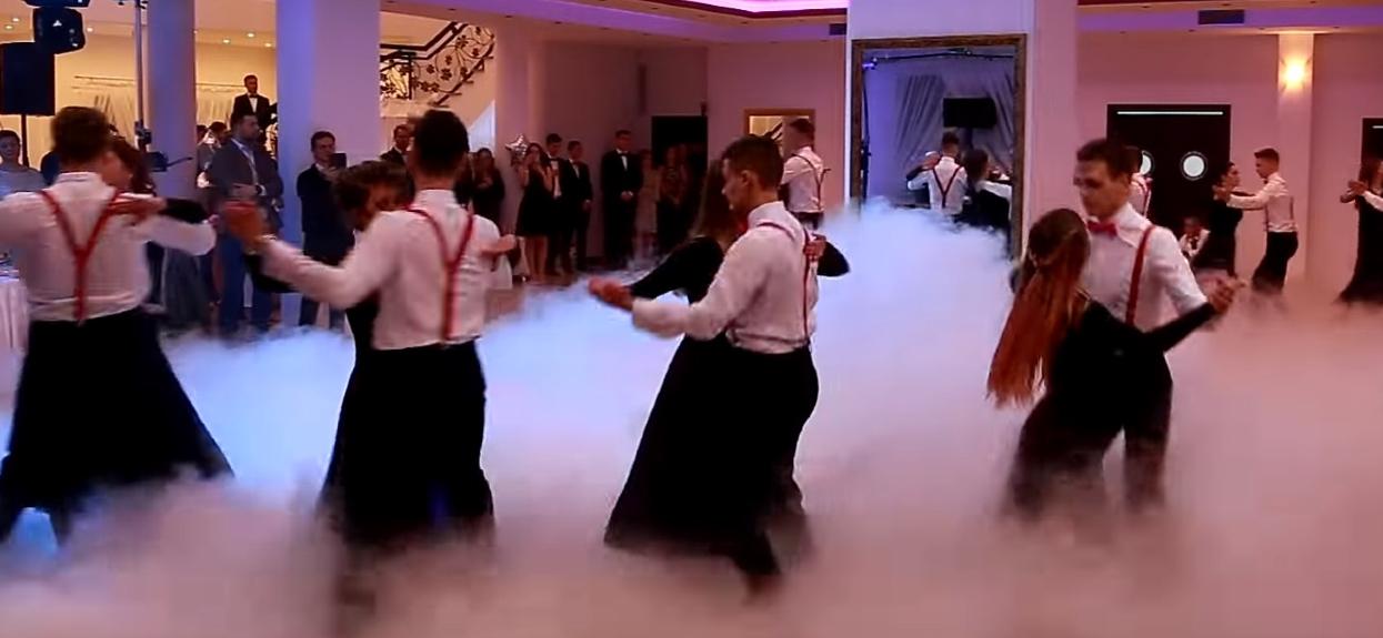 """Licealiści na studniówce pobili wszystkich uczestników """"Tańca z gwiazdami"""". Zrobili magiczny pokaz na parkiecie, ciężko oderwać wzrok"""