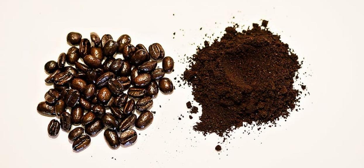 Przenigdy nie wyrzucaj fusów po kawie ani herbacie. Można je wykorzystać w fenomenalny sposób, efekt widoczny od razu
