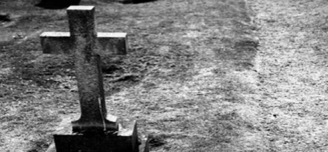 Z trumny dochodziły dziwne dźwięki, wtedy dokonano odkrycia. Kobieta urodziła dziecko w grobie