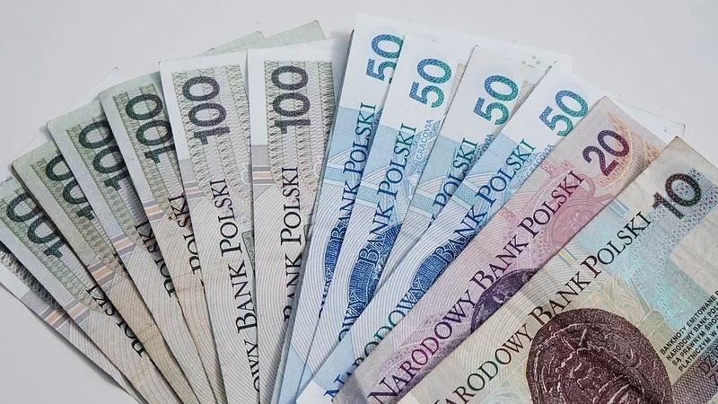 Polacy muszą wydać wielkie pieniądze, żeby dostać 13. emeryturę. Podano konkretną kwotę