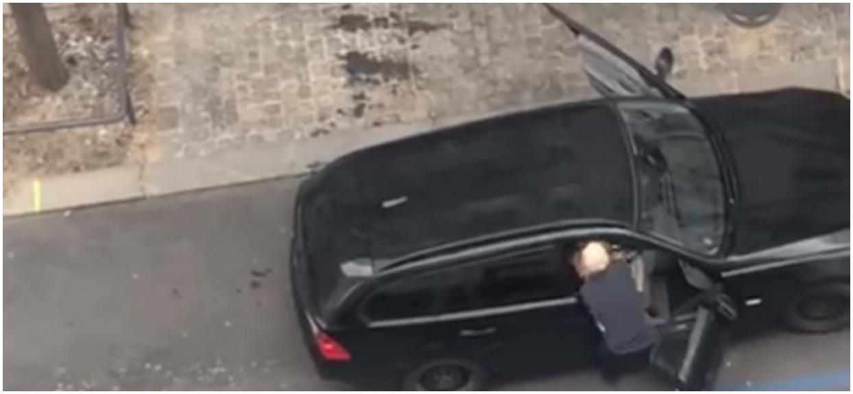 Siłą wyrzucił niewidomą kobietę z samochodu. Powód nie mieści się w głowie, porażające nagranie