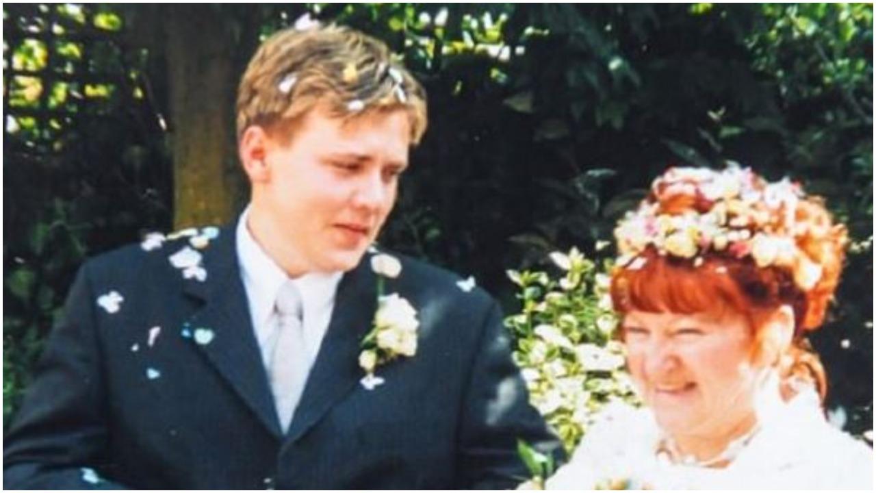 17-latek ożenił się z 51-latką. Ich wspólne zdjęcie po niemal 20 latach małżeństwa powala
