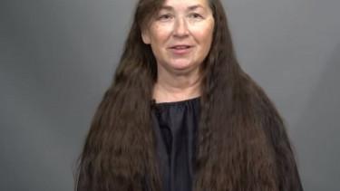 """63-latka nie obcinała włosów od 50 lat. Przeszła nieziemską metamorfozę, mężowi na widok """"nowej"""" żony niemal stanęło serce"""