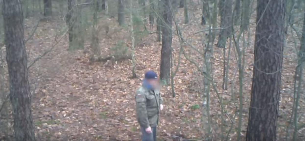 Robił w lesie paskudne rzeczy. Myślał, że jest sam, ale wszystko nagrała ukryta kamera