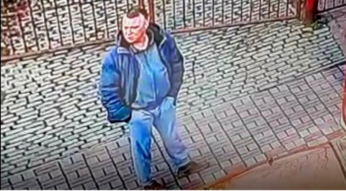 Bezwzględnie zaatakował kobietę. Policja udostępnia jego wizerunek i pilnie prosi o pomoc