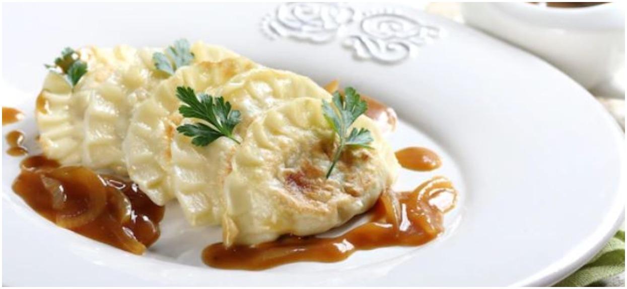 Delikatne i pożywne pierogi z sosem cebulowym są idealne na niedzielny obiad. Ciężko uwierzyć, że przepis jest aż tak prosty