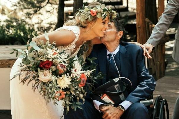 Śmiertelnie chory ojciec nie mógł przyjść na ślub córki. Wtedy wydarzyło się coś niebywałego, trudno powstrzymać łzy