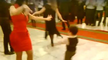 Chłopczyk zaprosił kobietę do tańca. Gdy zaczął, wszystkim opadły szczęki do samej podłogi