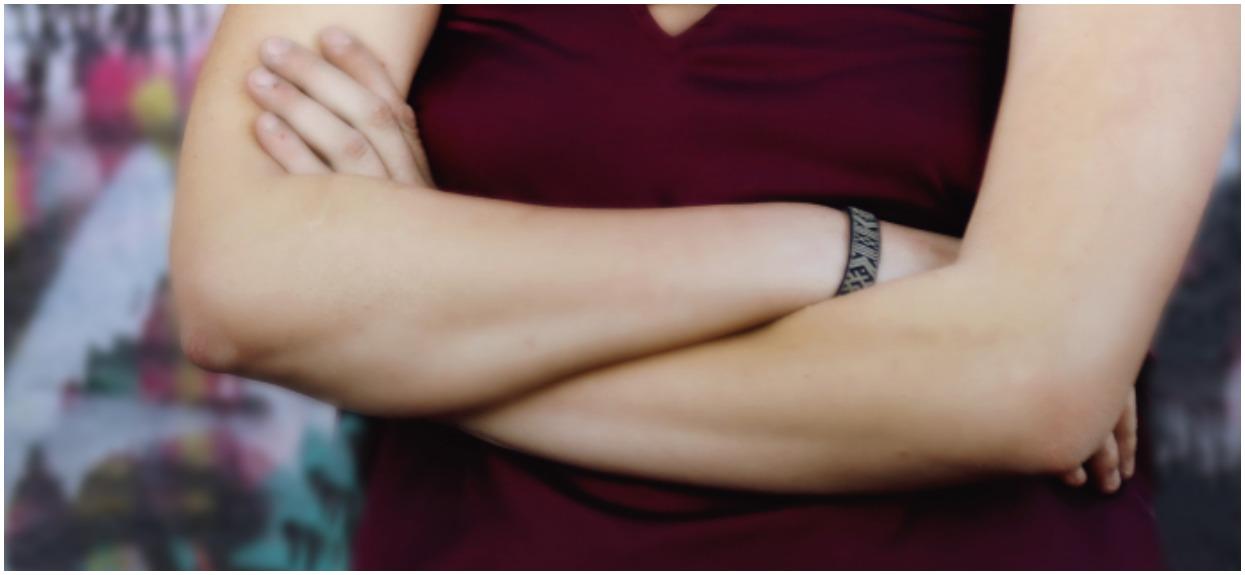 W jaki sposób krzyżujesz ramiona? Ich ułożenie zdradza największą tajemnicę twojego charakteru
