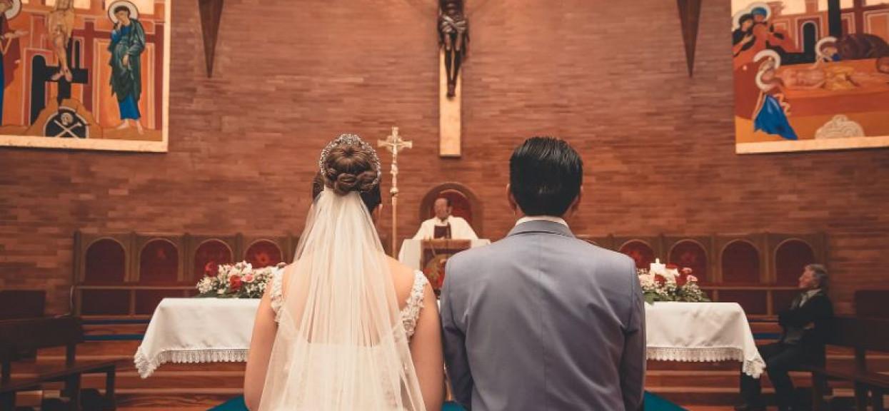 Panna młoda podczas ślubu zaczęła karmić dziecko piersią. Nikt nie przewidział reakcji księdza, niebywałe
