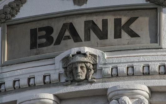 W związku z koronawirusem banki natychmiast wdrożyły nowe przepisy. Każdy Polak powinien je poznać