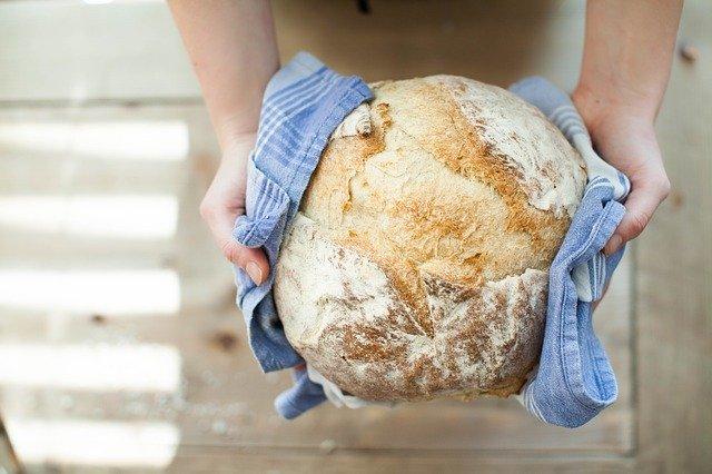 Nigdy nie wyrzucaj czerstwego chleba. Jeden prosty trik sprawi, że znowu będzie chrupiący i świeży