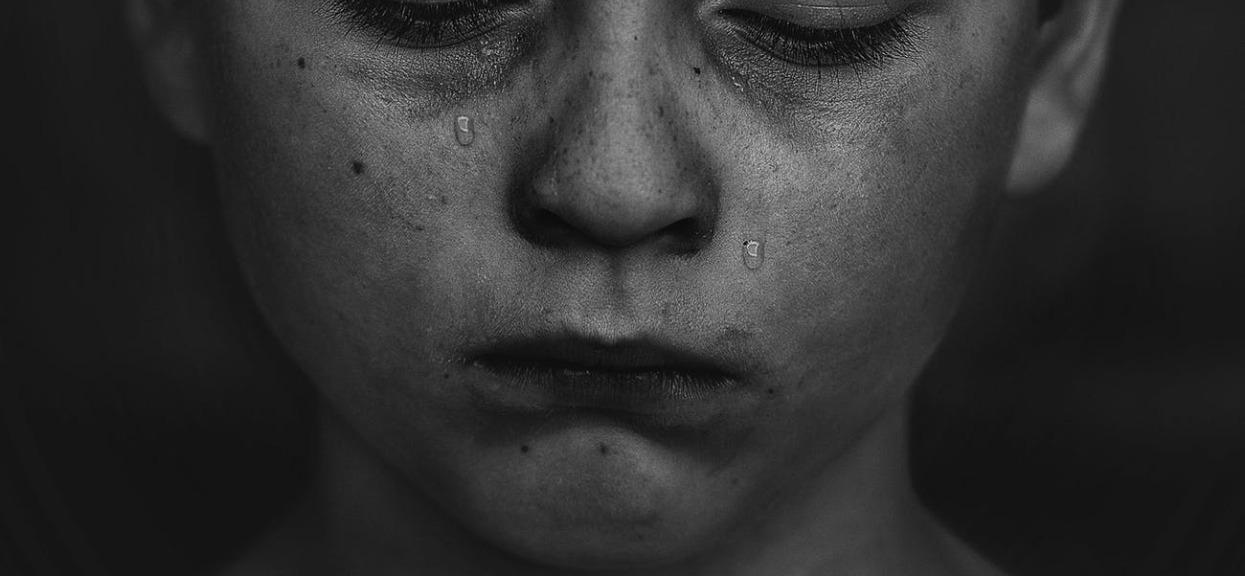 5-letni chłopiec przez wiele godzin siedział przy zwłokach matki. Prawda okazała się wyjątkowo smutna