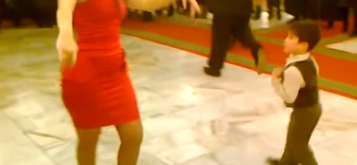Mały chłopiec poprosił dorosłą kobietę do tańca. Kilka sekund później wydarzyła się rzecz, która wszystkim odebrała mowę