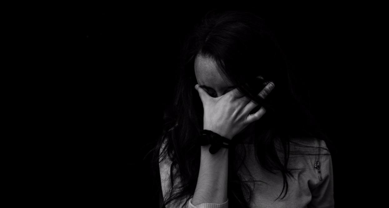 4 chłopaków zgwałciło dziewczynę. Kiedy po 2 latach jej matka weszła do łazienki i zamarła
